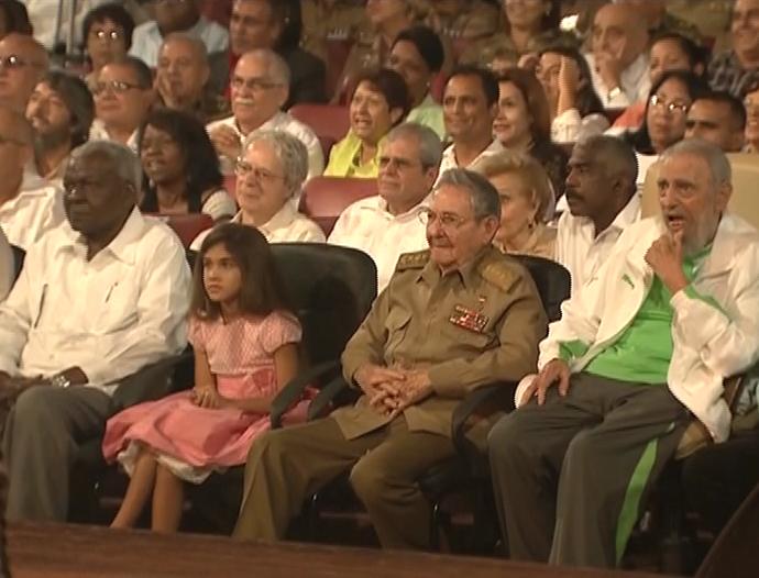Fidel asistió a la gala cultural por su cumpleaños 90, en compañía de Raúl Castro y Nicolás Maduro. (Foto: Radio Rebelde)