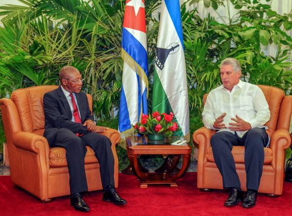 El Dr. Pakalitha Bethuel Mosisili fue recibido por el primer vicepresidente cubano Miguel Díaz Canel. (Foto: ACN)