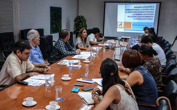En conferencia de prensa, se informó sobre la implementación de tributos en el sistema empresarial cubano.
