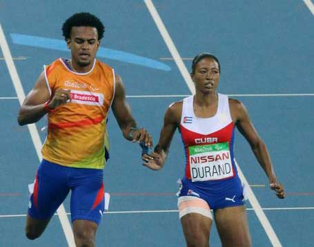 La velocista cubana Omara Durand, conducida por Yuniol Kindelán, logra récord paralímpico en los 200 metros femeninos categoría T12 . (Foto: ACN)