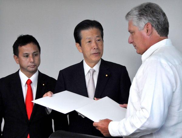 Yamaguchi entregó a Díaz-Canel sendos mensajes del Primer Ministro nipón, Shinzo Abe, dirigidos a Fidel Y Raúl. (Foto: ACN)