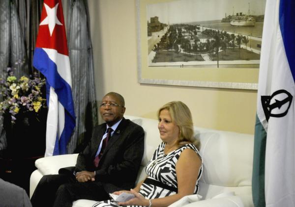 Ana Teresita González Fraga, viceministra de Relaciones Exteriores de Cuba, recibió al primer ministro del Reino de Lesoto, Pakalitha Bethuel Mosisili, a su arribo a La Habana. (Foto: ACN)