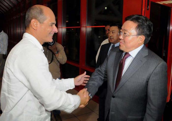 El Presidente de Mongolia, Tsakhiagiin Elbegdorj, fue recibido en el aeropuerto internacional José Martí, por el vicecanciller cubano Rogelio Sierra. (Foto: Jose M. Correa / Granma)