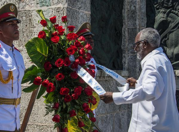 Sam Nujoma rindió homenaje a los internacionalistas caídos en las guerras por la independencia en naciones africanas. (Foto: ACN)