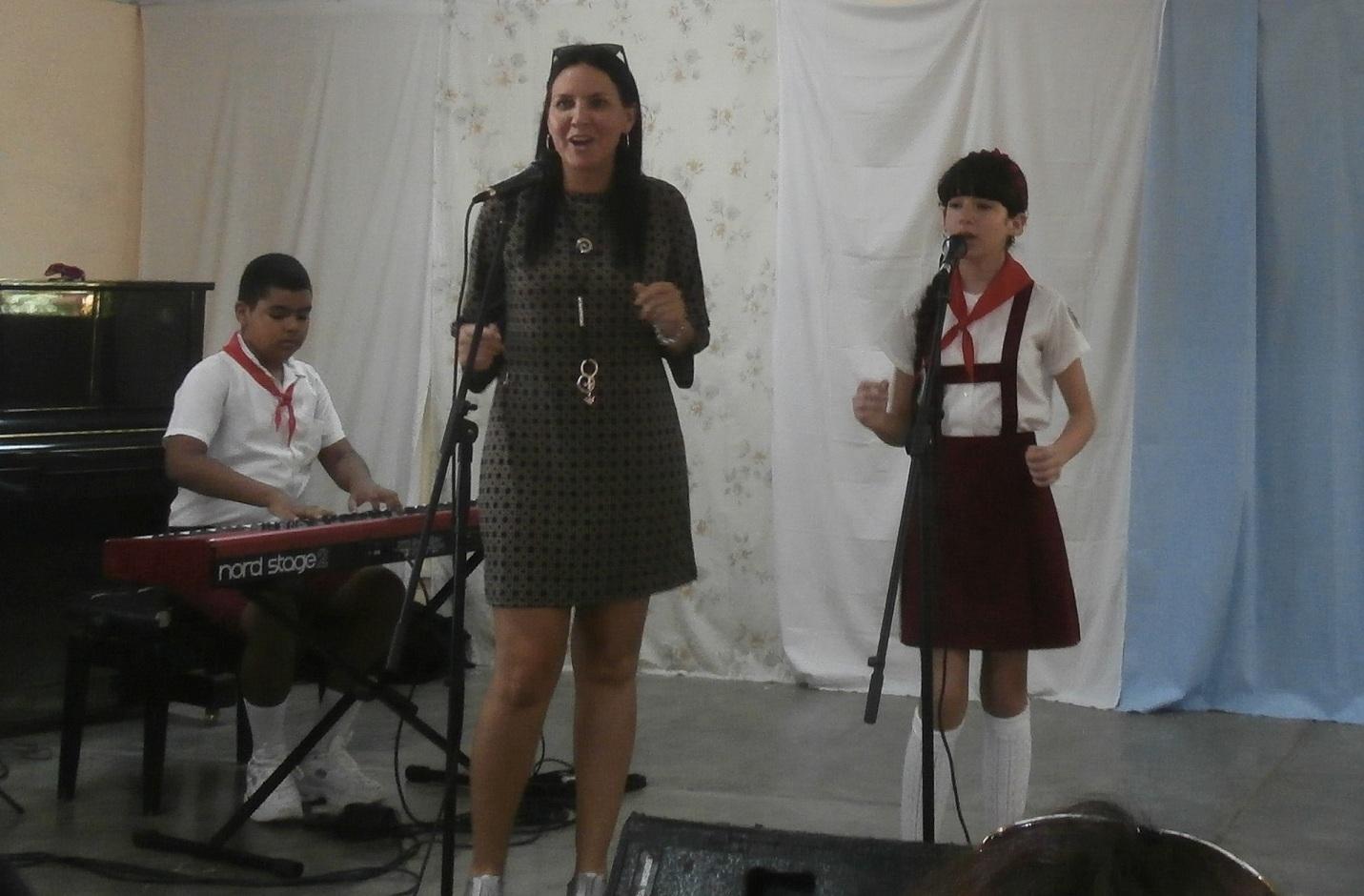 Profesores y estudiantes de la Escuela elemental de arte de Sancti Spíritus compartieron el escenario junto a Rochy Ameneiros. (Foto: Lisandra Gómez/ Escambray)