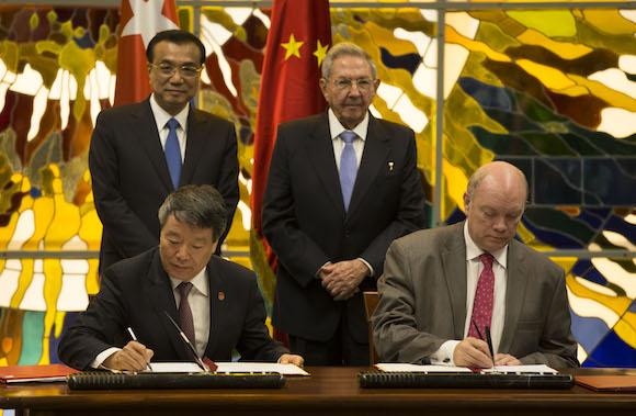 Durante la jornada Raúl y Li Keqiang encabezaron la firma de 12 acuerdos que ampliarán la cooperación entre Cuba y China.