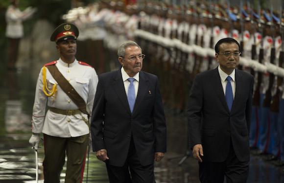 Li fue recibido con honores militares en el Palacio de la Revolución de La Habana.