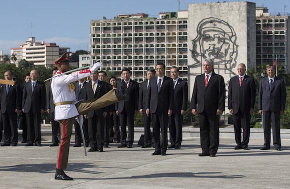 La delegación china rindió honores a José Martí en la Plaza de la Revolución.