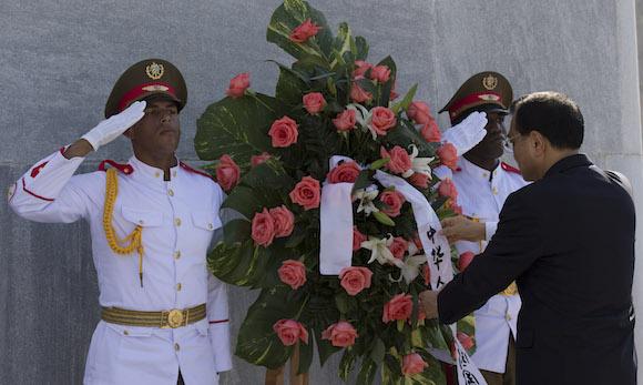 Li Keqiang colocó una ofrenda floral ante el monumento del héroe cubano José Martí en La Plaza de la Revolución.