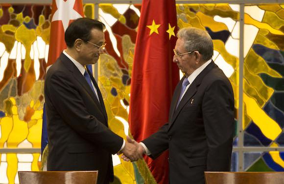 Raúl recibió al primer ministro de China, Li Keqiang, quien inició una visita oficial a Cuba. (Fotos: Ismael Francisco / Cubadebate)