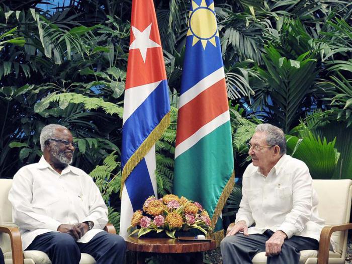 Raúl recibió al compañero Sam Nujoma. (Foto: Estudios Revolución)