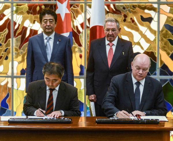 Raúl y Shinzo Abe asistieron a la firma acuerdos entre Cuba y Japón. (Foto: ACN)