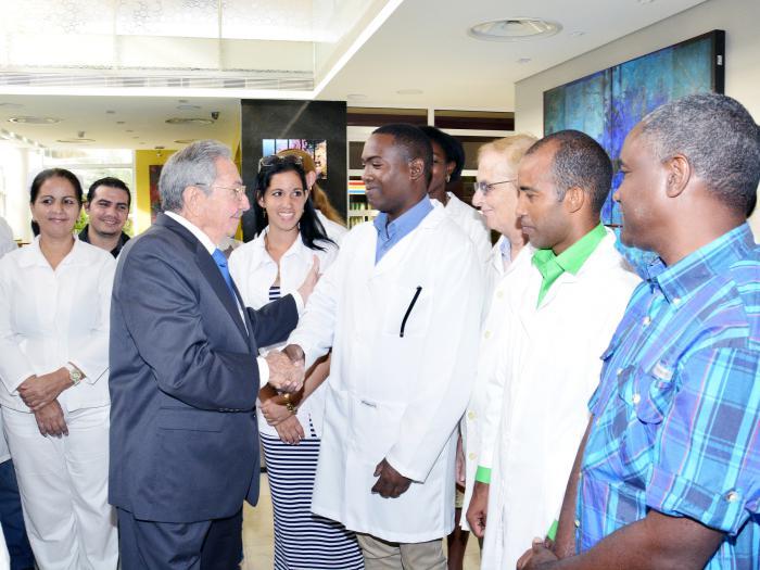 Antes de su partida, Raúl departió con un grupo de cooperantes cubanos en Venezuela. (Foto: Estudios Revolución)