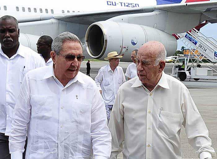 Raúl Castro fue recibidos por el segundo secretario del Comité Central del Partido Comunista de Cuba, José Ramón Machado Ventura. (Foto: Granma)