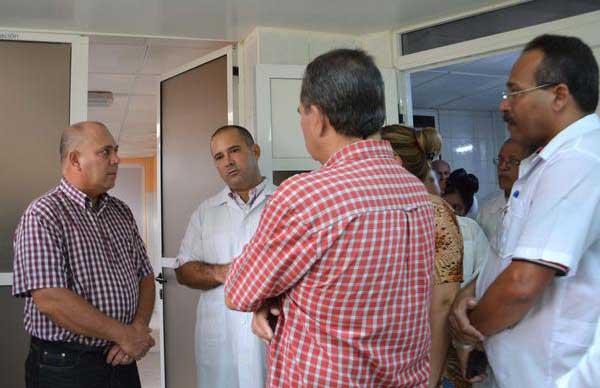 Durante su estancia en Sancti Spíritus, Roberto Morales constató el resultado de las inversiones que se ejecutan en el Hospital Provincial. (Foto: ACN)