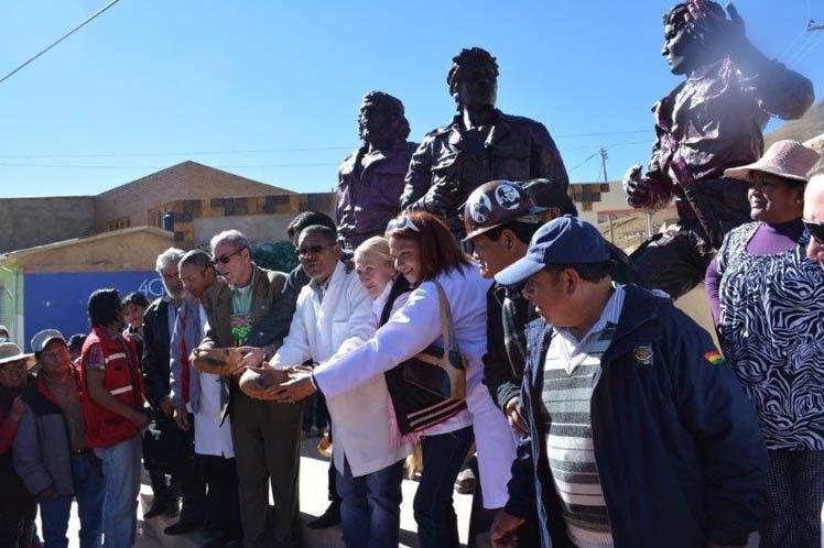 Las esculturas del Che, Moises Guevara y Willy Cuba en la Plaza de los Guerrilleros son un merecido reconocimiento a la tradición revolucionaria del lugar.