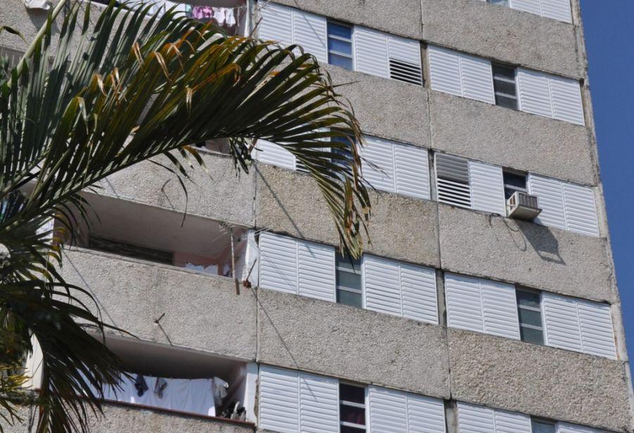 Casi todos los apartamentos del edificio Doce Plantas ya muestran su nueva carpintería. (Foto: Vicente Brito / Escambray)