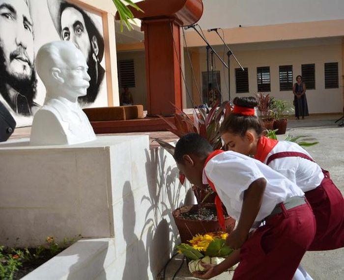 El homenaje a Martí estuvo presente en cada escuela, con el inicio del curso escolar 2016-2017, en Sancti Spíritus. (Foto: Oscar Alfonso / ACN)
