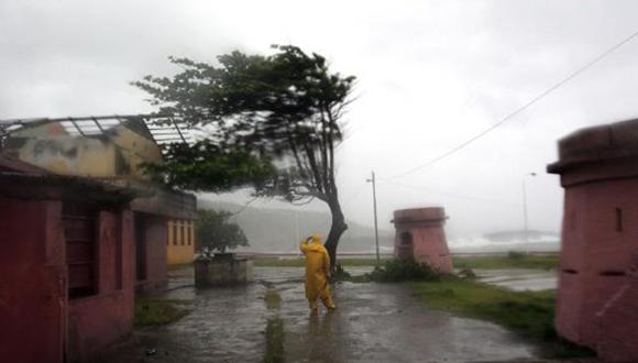 Olas entre de tres a cuatro metros golpean el malecón de Baracoa.