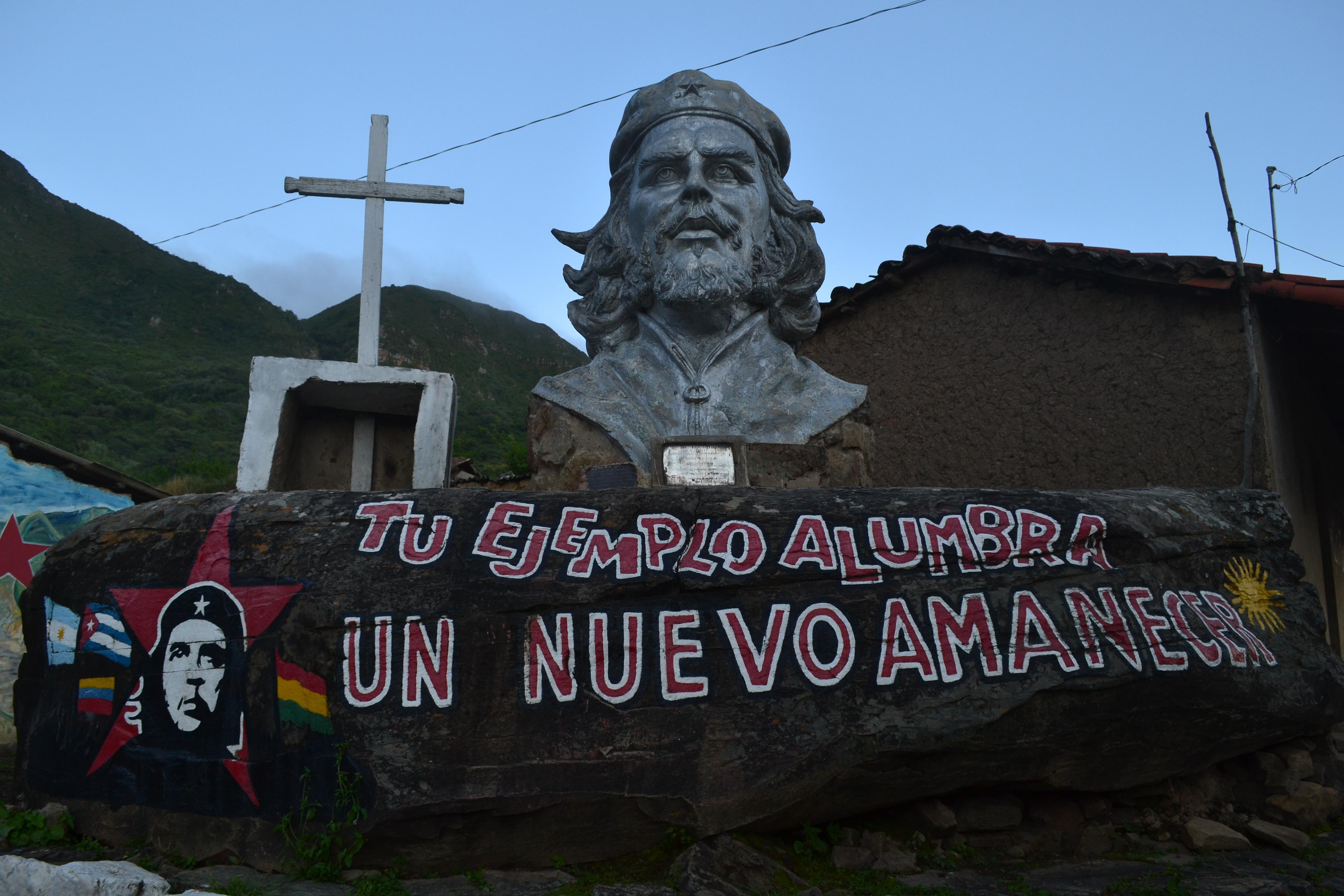 """Monumento al Che en la plaza del pueblo de """"La Higuera""""."""