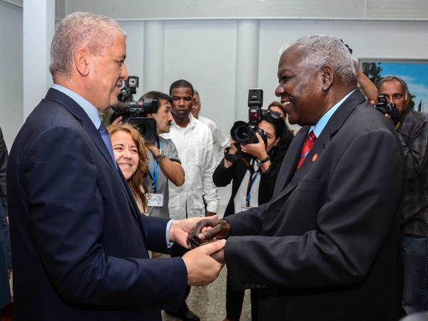 El Premier argelino fue recibido por el presidente de la Asamblea Nacional del Poder Popular, Esteban Lazo. (Foto: ACN)