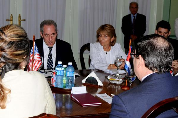 El canciller cubano Bruno Rodríguez Parrilla y Michael Froman, Representante de Comercio de Estados Unidos, sostuvieron conversaciones en la sede del Minrex. (Foto: ACN)