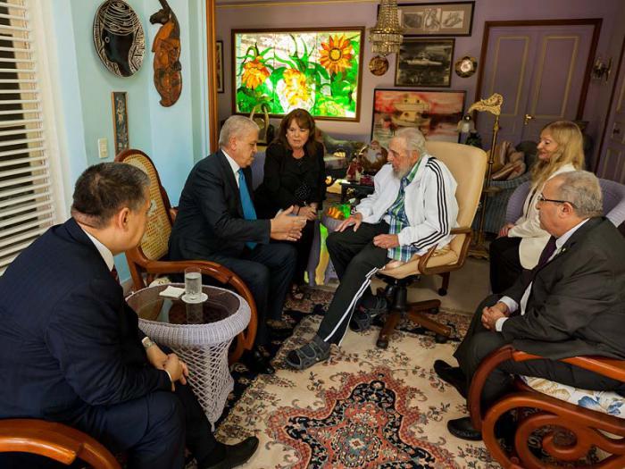 Junto al distinguido visitante, Fidel rememoró algunos momentos de sus encuentros con el Presidente Bouteflika.