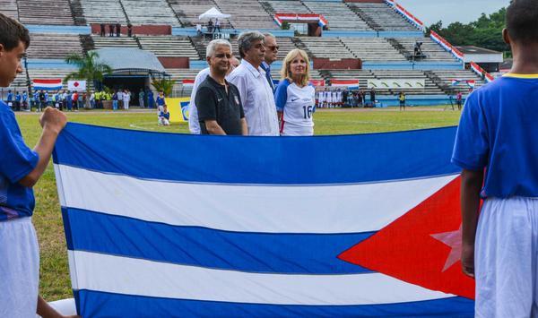 La académica estadounidense Jill Biden (D.), durante el juego amistoso de fútbol entre Cuba y EE.UU. (Foto: ACN)
