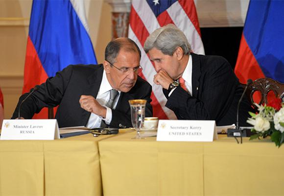 El canciller ruso, Serguei Lavrov y el secretario de Estado de EE.UU., John Kerry. (Foto: Archivo)