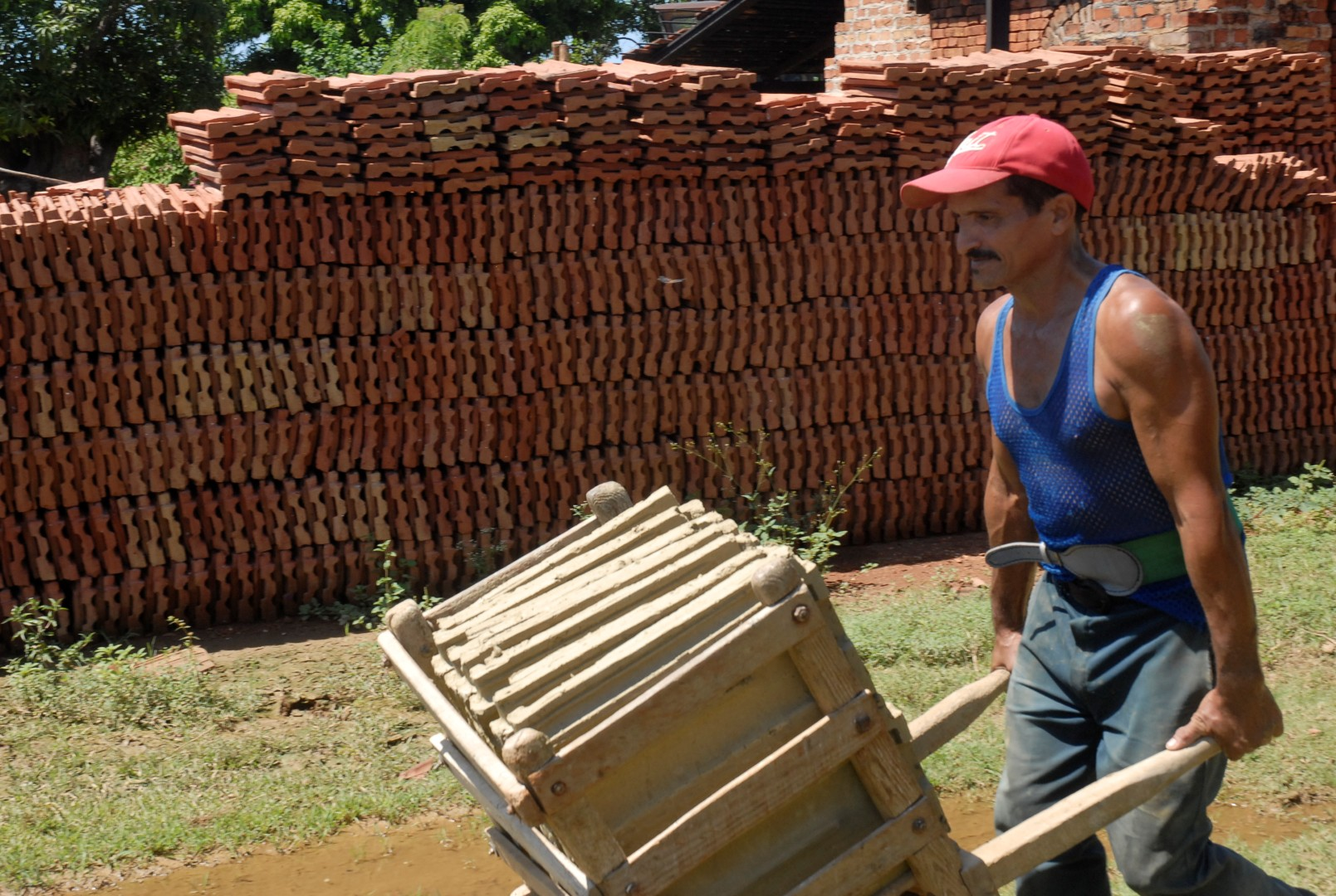 Trinidad resulta el único lugar de Cuba donde se produce la llamada teja francesa. (Foto: Reidel Gallo/ Escambray)