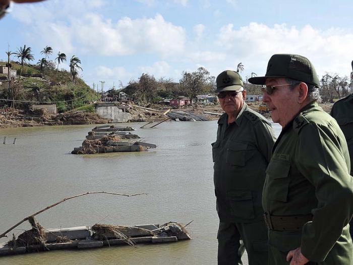 """""""Habrá que restaurar todas estas heridas"""", dijo Raúl a un grupo de personas en las márgenes del río Toa."""