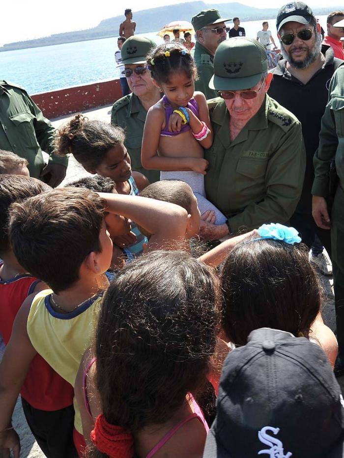 No importa cuán improvisadas sean las aulas, lo urgente es que regresen pronto a ellas, les dijo Raúl a los niños.