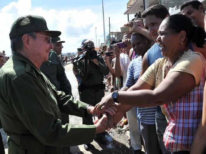 Casi dos kilómetros caminó Raúl bajo el sol abrasador del Oriente cubano, asegurándole al pueblo de Baracoa que no está solo. (Fotos: Estudios Revolución)