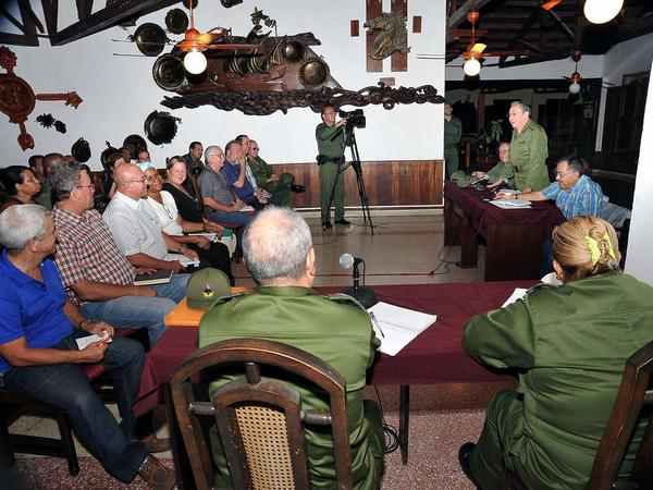Raúl se reunió en Baracoa con el Consejo de Defensa provincial. (Foto: ACN)