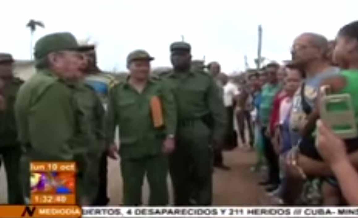 Raúl intercambió con los pobladores de Maisí. (Foto captada de la Tv Cubana)