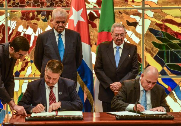 Con la presencia  de Raúl y Sellal, se firmó este jueves en La Habana un convenio de cooperación bilateral en el sector de la salud. (Foto: ACN)