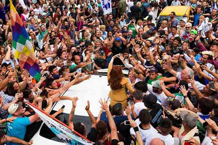 Cristina ofreció declaraciones a la prensa tras rendir declaratoria por una causa en la que se le adjudica favorecer una obra pública durante su mandato. (Foto: PL)