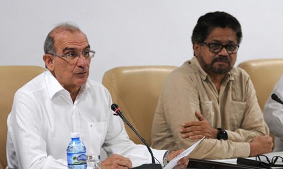 Humberto de la Calle (I), jefe de la delegación del gobierno de Colombia, junto a Iván Márquez (D), jefe del equipo negociador de las FARC- EP. (Foto: ACN)