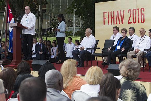 El ministro Rodrigo Malmierca inauguró la 34 edición de la muestra que cuenta con expositores de 73 países. (Foto: Cubadebate)