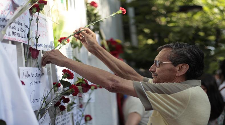 Un hombre deposita flores durante un homenaje frente a la embajada de Cuba, luego del fallecimiento del líder de la Revolución cubana, Fidel Castro, en Santiago, capital de Chile, el 26 de noviembre de 2016. (Foto:Xinhua)