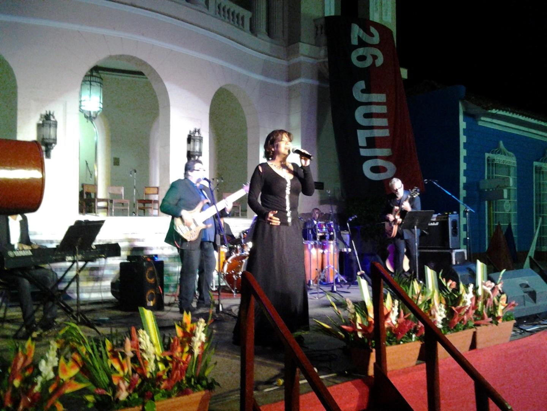 Al final de la gala Ivette Cepeda deleitó a sus coterráneos con varias interpretaciones. (Foto: Delia Proenza/ Escambray)
