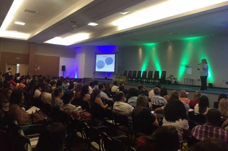 En el encuentro una representación de los profesionales cubanos recibió diplomas de reconocimiento por parte de las autoridades sanitarias de Bahía. (Foto: PL)