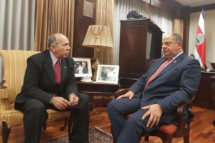 Las partes analizaron la marcha de los acuerdos firmados hace un año entre los dos países durante una visita del mandatario tico a La Habana.  (Foto: PL)