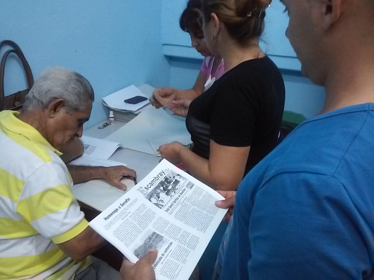 La edición para tiempo de guerra se distribuye a los participantes en el Bastión 2016. (Foto: Gisselle Morales/ Escambray)