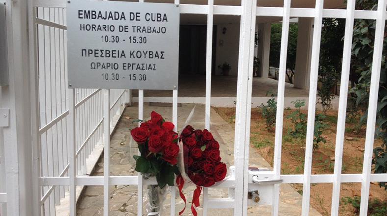 Algunas personas dejaron flores en la embajada de Cuba en Atenas (Grecia). Foto:@Hibai_