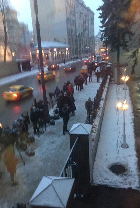 Ciudadanos rusos desafiaron las duras condiciones climáticas para rendir homenaje al comandante Fidel. Foto:@julioteleSUR