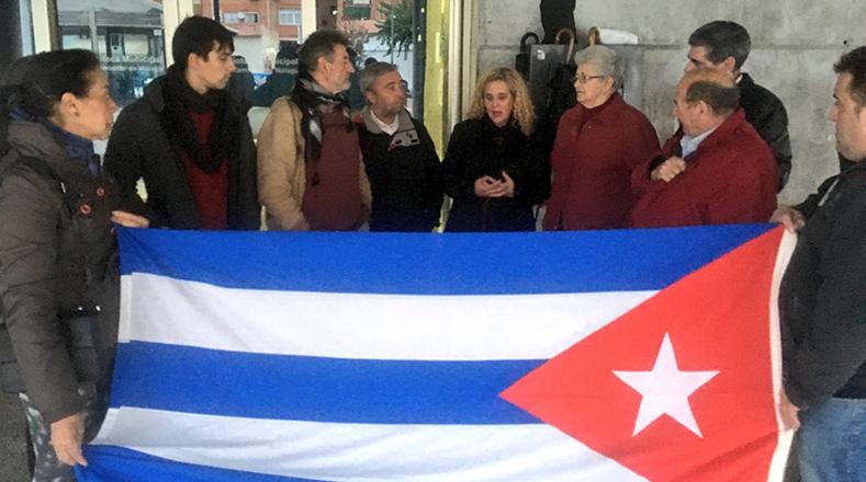 """Movimientos sociales en Andalucía manifestaron: """"Nuestra sanidad fue una copia de la cubana. Gracias al legado de Fidel"""". Foto:@SRodrigoteleSUR"""