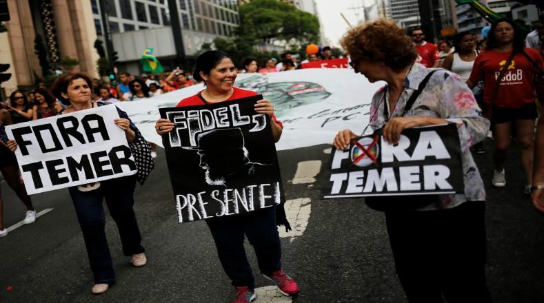 Durante una manifestación contra las medidas neoliberales impuestas por el presidente interino de Brasil, Michel Temer, una pancarta de Fidel Castro salió a relucir. (Foto:Reuters)
