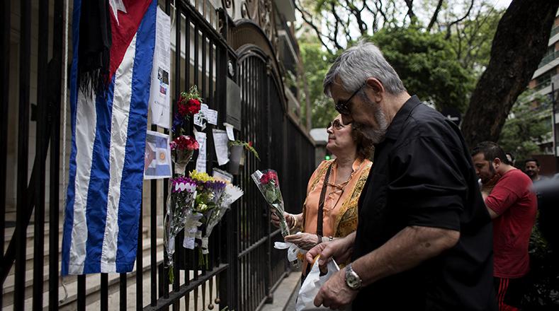 En la embajada de Cuba en Chile dejaron flores, notas y banderas. (Foto:Reuters)