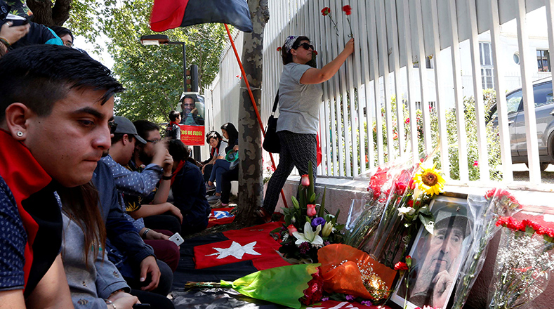 Rostros de tristeza y sentidos homenajes por la partida física de Fidel en Santiago de Chile. (Foto:Xinhua).